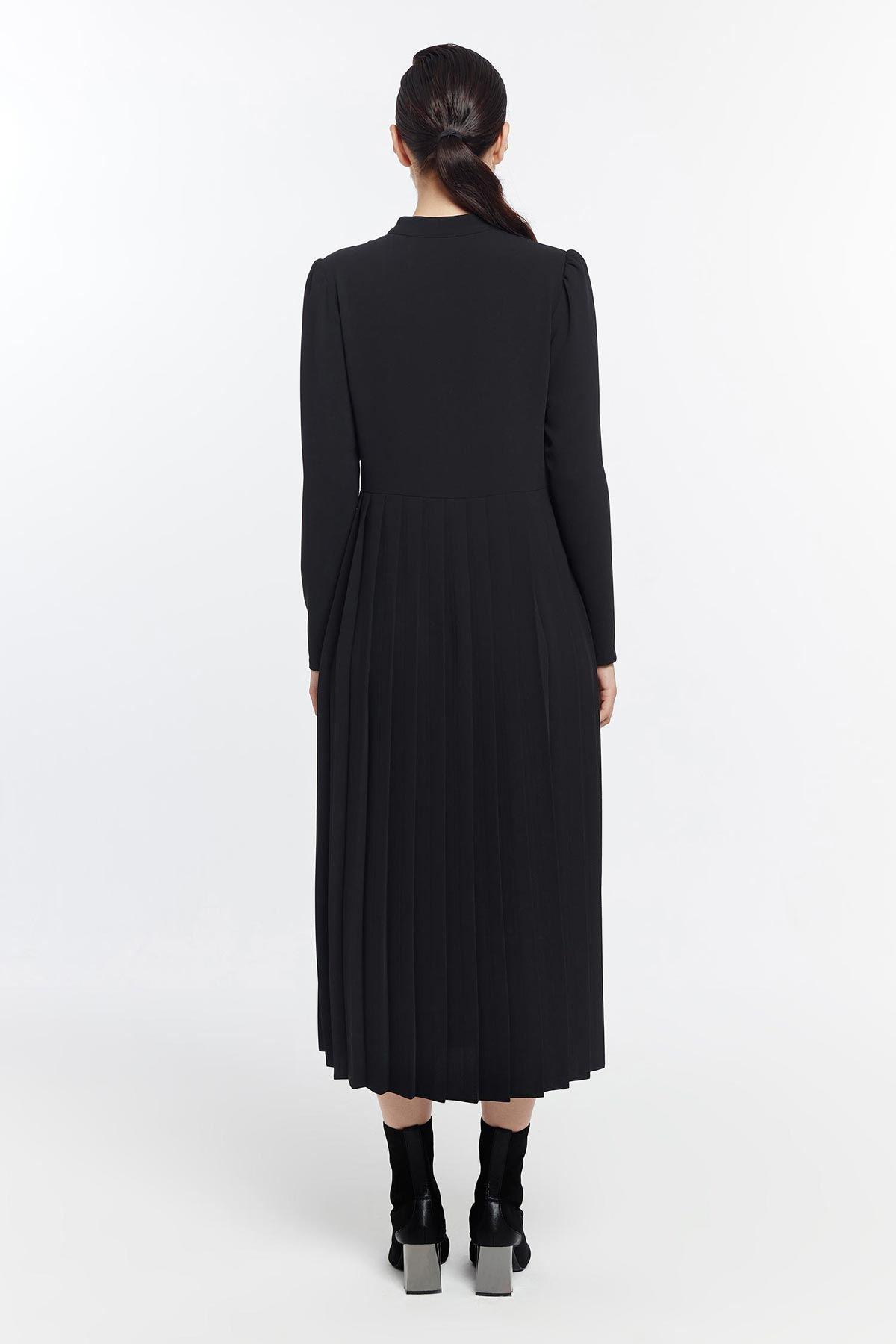Taş düğmeli piliseli elbise Siyah