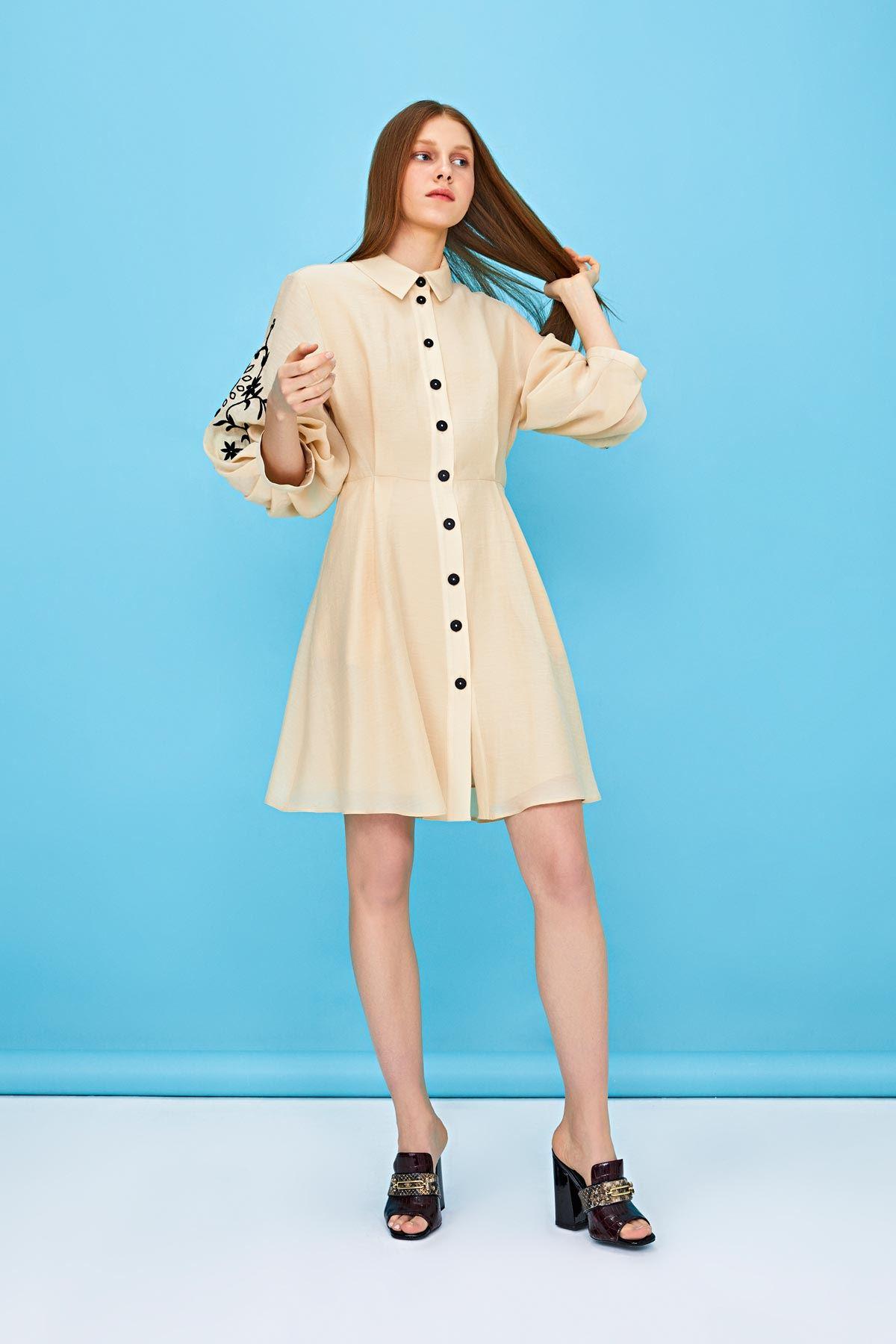 Kol nakışlı düğmeli elbise Bej