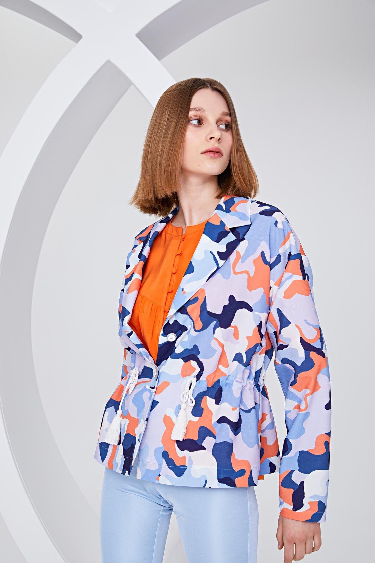 Kamuflaj desenli bel vurgulu ceket Mavi