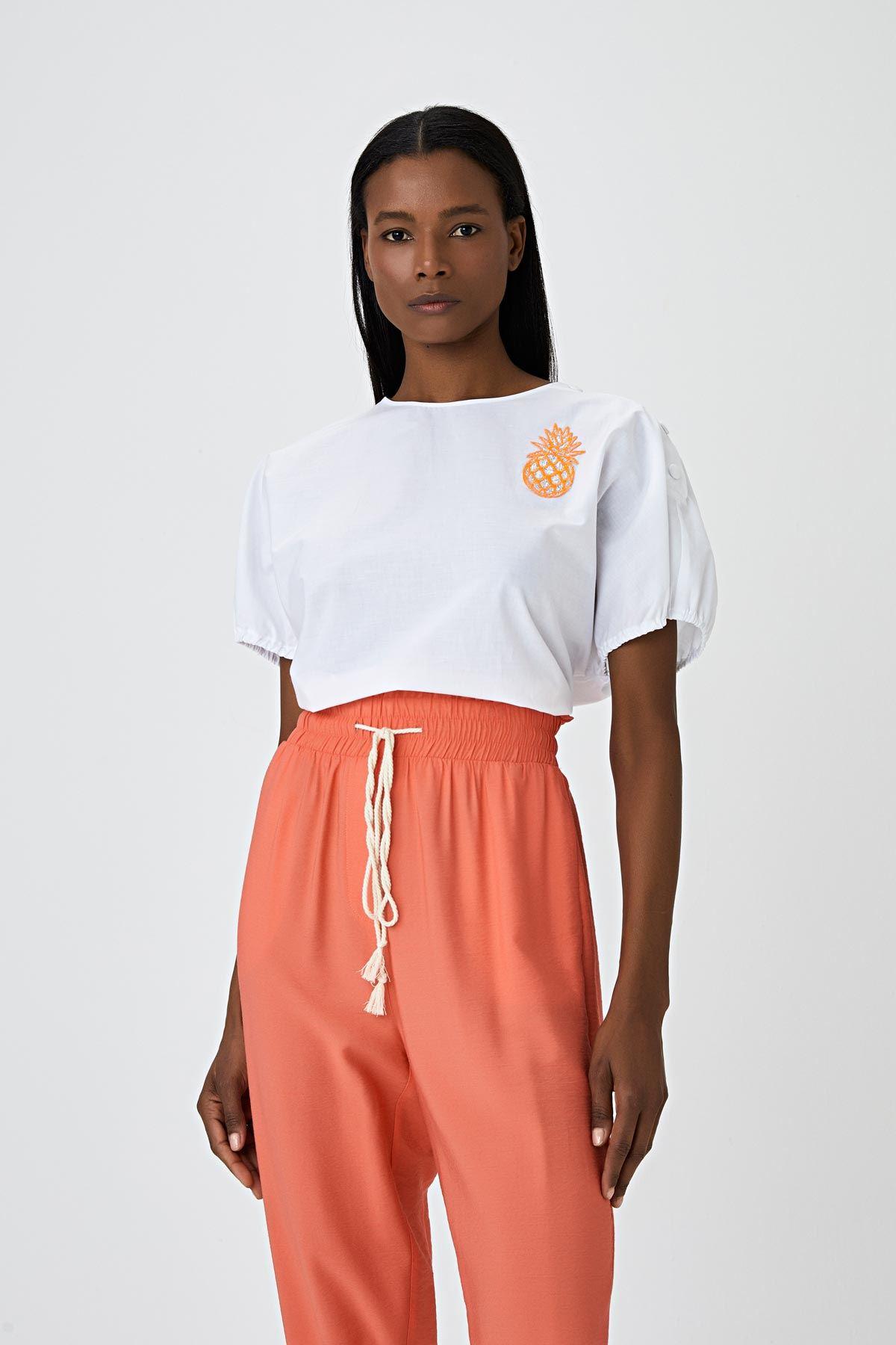 Büzgü detaylı broş işlemeli bluz Beyaz