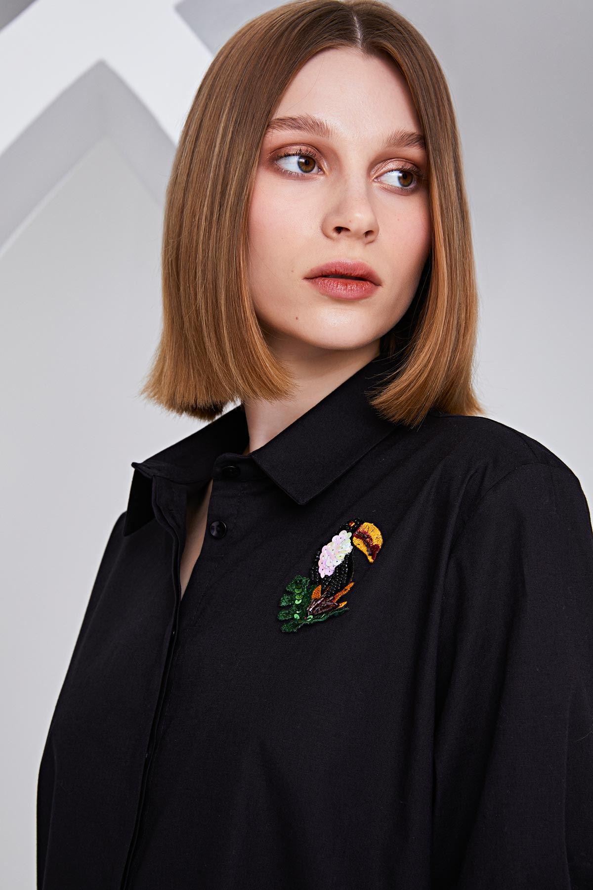 Papağan broşlu gömlek Siyah