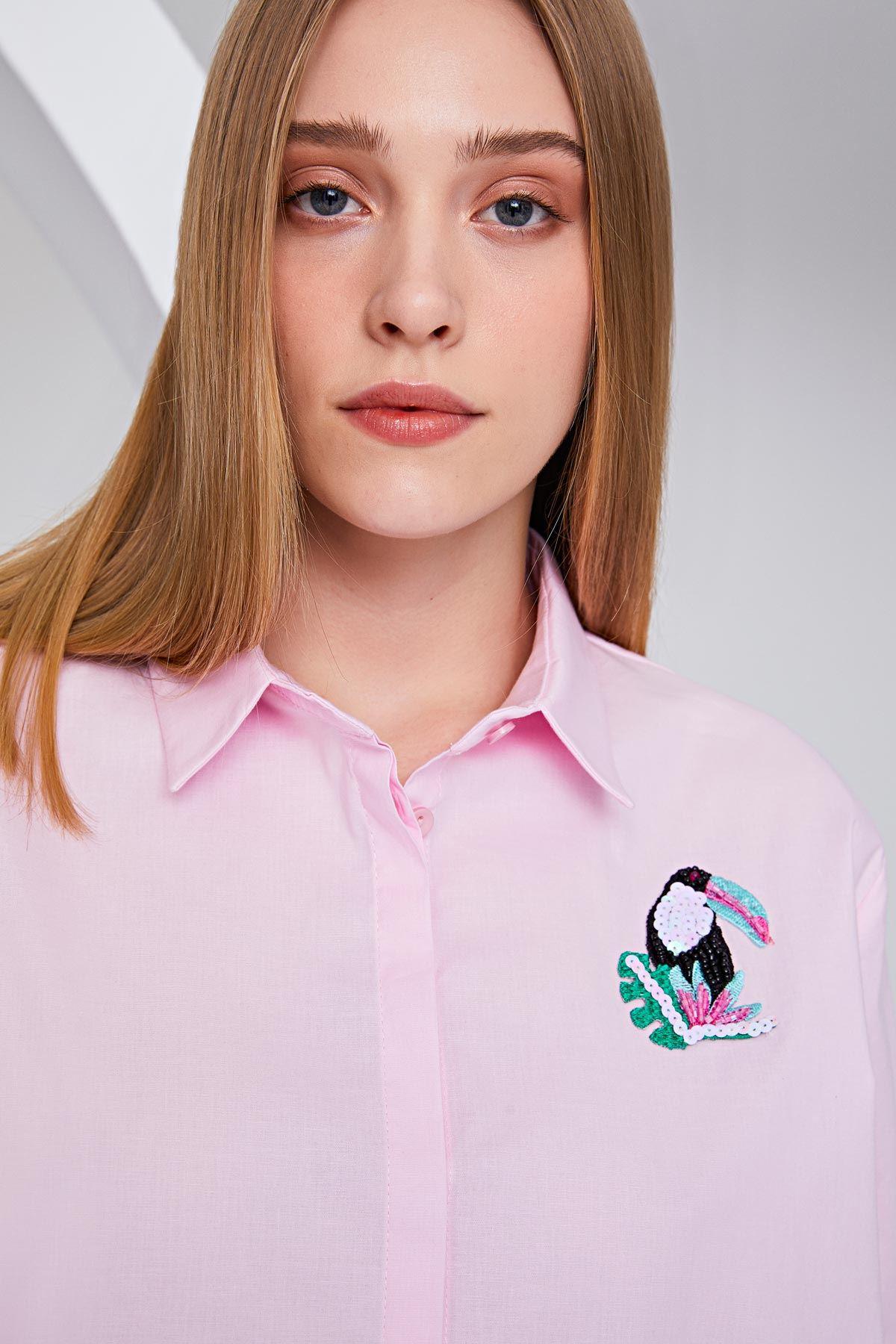 Papağan broşlu gömlek Pembe